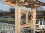 Informační tabule se střechou připravenou pro travní pokryv.